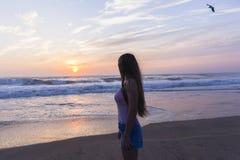 Silhouetted восход солнца пляжа девушки стоковые фотографии rf