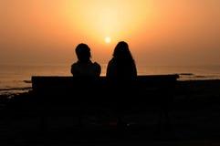 2 Silhouetted девушки Стоковая Фотография