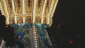 Silhouetted люди на веселом идут круг сток-видео