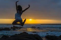 Silhouetted океан пляжа представления перескакивания артиста балета Стоковое Изображение