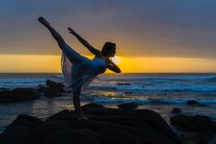 Silhouetted океан пляжа представления перескакивания артиста балета Стоковая Фотография RF