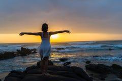 Silhouetted рассвет океана пляжа представления артиста балета Стоковое Изображение RF