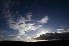 Silhouetted сельская сцена на сумраке стоковые изображения