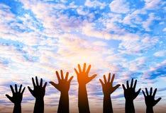 Silhouetted фото руки Рука показывает вверх внутри к небу стоковое фото rf