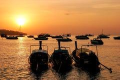 Silhouetted шлюпки longtail на восходе солнца на тонне Sai Ao, Phi Дон Phi Стоковая Фотография