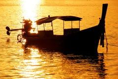 Silhouetted шлюпка longtail на восходе солнца на тонне Sai Ao, Phi Дон Phi Стоковое Изображение RF