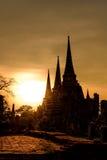 Silhouetted av Wat Phra Sri Sanphet på solnedgången i historiska Ayutthaya parkera, Thailand arkivbilder