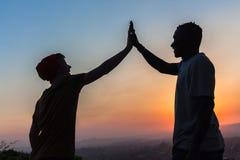 Silhouetted färger för vänner jämliken royaltyfri fotografi