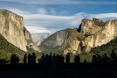 Silhouetted folk och berg Fotografering för Bildbyråer