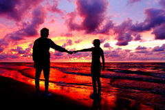 Silhouetted loving couple Royalty Free Stock Photography