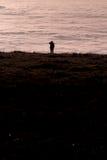 Silhouetted människa ovanför inversionsdimma Royaltyfri Foto