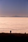 Silhouetted människa ovanför inversionsdimma Arkivfoton