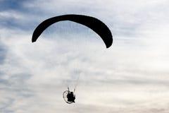 Silhouetted man med paraglideren Arkivbilder