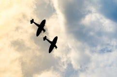 2 silhouetted spitfires ныряют из яркого солнца, если атакующ врага с сюрпризом Прятать в солнце эффективное Стоковые Изображения