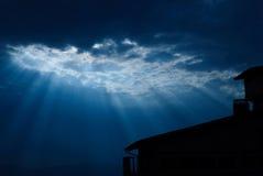 silhouetted sun för byggnad strålar Arkivbilder