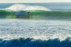 Silhouetted surfarevågritt Arkivfoton