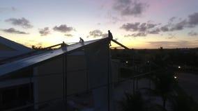 Silhouetteer de groep arbeiders die bij een bouwwerf werken stock video
