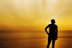 Silhouetteer de vrouwen op het strand met overzees vaag onweer Royalty-vrije Stock Afbeelding