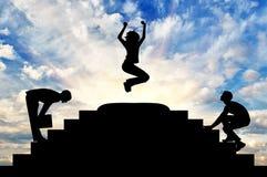 Silhouetteer een gelukkige bedrijfsvrouw in een sprong Stock Afbeeldingen