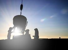 Silhouetteer een mensenbouwvakker in een bouwterrein over Bl Royalty-vrije Stock Foto's