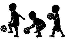 Silhouetteer weinig jong geitjevoetballer met bal royalty-vrije illustratie