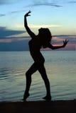 silhouettekvinnabarn Royaltyfri Foto