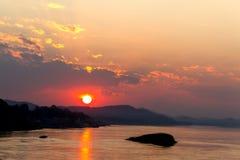 Silhouettel e luz do por do sol dourados na noite fotografia de stock royalty free
