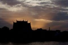 Silhouettempel op de achtergrond van de zonsonderganghemel Royalty-vrije Stock Foto's