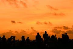 Menigte bij zonsondergang royalty-vrije stock foto's