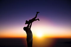 Silhouetten av den lyckliga familjen Fotografering för Bildbyråer