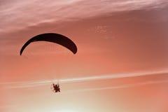 Silhouetten av para bilar glidflygplanet Arkivbild