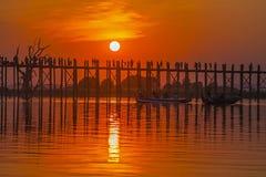 Silhouetten av U-bein överbryggar på solnedgången Arkivfoto