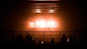 Silhouetten die van mensen, op een klap op stadium letten Stock Fotografie