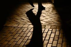 Silhouetten en Schaduwen van Persoon Walkng Stock Foto's