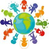 Silhouetten, kinderen rond wereld Stock Afbeelding