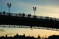 Silhouetten op brug Stock Foto