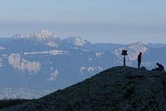Silhouetten op een rots en Chartreuse-bergen Stock Afbeelding