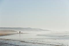 Silhouetten op het strand Stock Fotografie