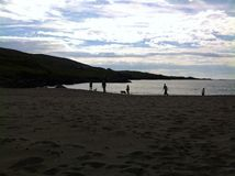 silhouetten op het strand royalty-vrije stock afbeeldingen