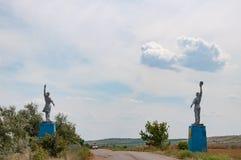 Silhouetten van Arbeider en Kolkhoz standbeelden van de Vrouwenstijl door kant van de weg Sociale realismemonumenten in plattelan stock foto's