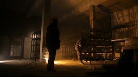 Silhouetten van arbeiders bij de bouwwerf stock video