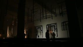 Silhouetten van arbeiders door het lassen flitsen worden aangestoken die stock video