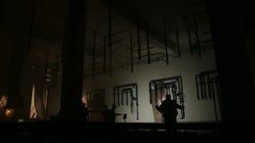 Silhouetten van arbeiders door het lassen flitsen worden aangestoken die stock videobeelden