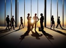 Silhouetten van Bedrijfs en Mensen die lopen bespreken stock fotografie