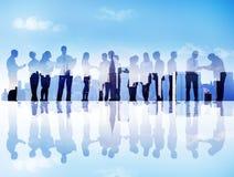 Silhouetten van Bedrijfsmensen die in Cityscape communiceren Royalty-vrije Stock Afbeeldingen