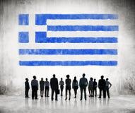 Silhouetten van Bedrijfsmensen die de Griekse Vlag bekijken Stock Fotografie
