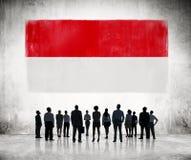 Silhouetten van Bedrijfsmensen die de Indonesische Vlag bekijken Stock Foto's
