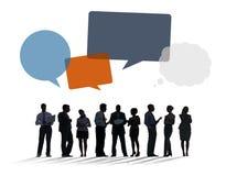 Silhouetten van Bedrijfsmensen die met Toespraakbellen bespreken Stock Fotografie