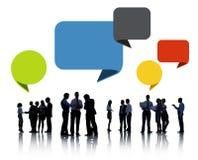 Silhouetten van Bedrijfsmensen die met Toespraakbellen bespreken Royalty-vrije Stock Foto