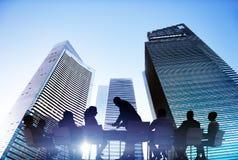 Silhouetten van Bedrijfsmensen die in openlucht samenkomen Stock Foto's